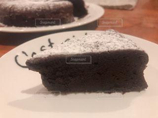 皿にチョコレート ケーキの写真・画像素材[1778424]