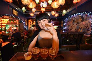 レストランの前に立っている女性の写真・画像素材[1815709]