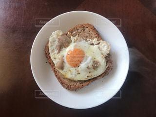 皿の上のパンの写真・画像素材[1852122]