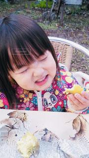 焼き芋を食べてる女の子の写真・画像素材[826069]