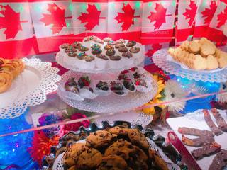 テーブルの上に食べ物の写真・画像素材[822364]