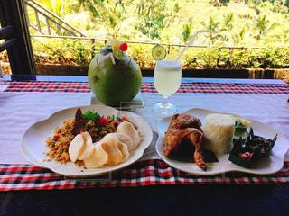 テーブルの上に食べ物のプレートの写真・画像素材[822033]