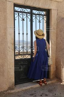 ドアの前に立っている人の像の写真・画像素材[2259073]