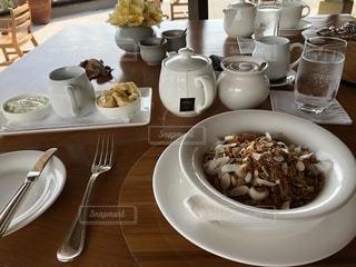 テーブルな皿の上に食べ物のプレートをトッピングの写真・画像素材[822283]