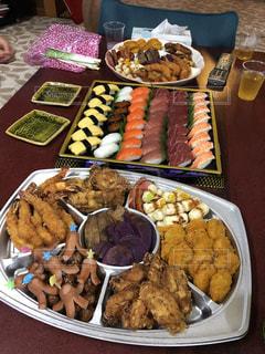 テーブルの上の皿の上に食べ物の束の写真・画像素材[1729514]