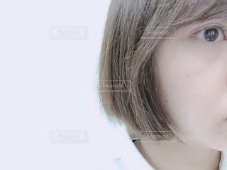 近くに人の顔のアップの写真・画像素材[1761405]