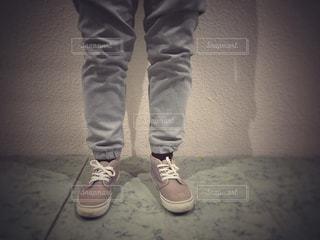 近くに青と赤の靴を履いて足のアップの写真・画像素材[1805771]