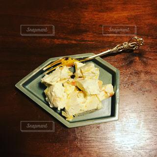 テーブルの上に食べ物のプレートの写真・画像素材[823753]