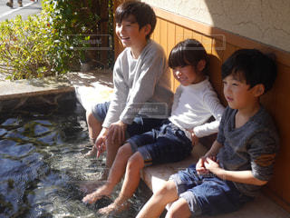 足湯ではしゃぐ子供たち - No.825644