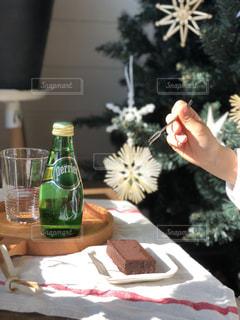 ケーキでテーブルに座っている人の写真・画像素材[902025]