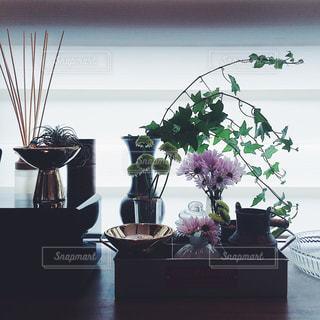 テーブルの上の紫色の花一杯の花瓶の写真・画像素材[1898686]