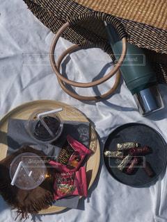 コーヒー,ピンク,おやつ,ピクニック,チョコレート,ドリンク,籠バッグ,アーモンドロカ,ダークロカ,ロカピンク,バタークランチトフィー