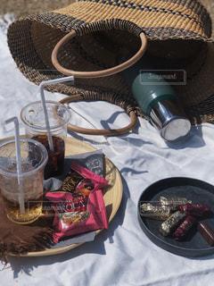 コーヒー,ピンク,おやつ,ピクニック,チョコレート,ドリンク,籠バッグ,アーモンドロカ,ダークロカ,バタークランチトフィー