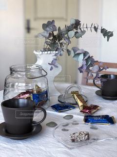 コーヒー,花瓶,ガラス,おやつ,ティータイム,チョコレート,コーヒータイム,おうちカフェ,ドリンク,ユーカリ,アーモンドロカ,ダークロカ,バタークランチトフィー,カシューロカ