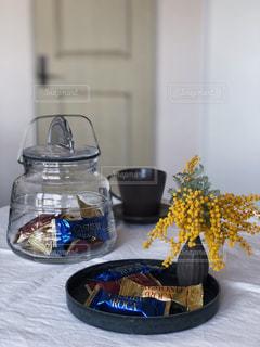 コーヒー,花瓶,ガラス,おやつ,ティータイム,チョコレート,コーヒータイム,おうちカフェ,ドリンク,アーモンドロカ,ダークロカ,バタークランチトフィー,カシューロカ