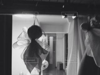 カメラにポーズ鏡の前に立っている人の写真・画像素材[824759]