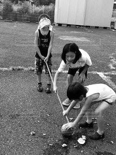 道路の側をスケート ボードに乗って少年の写真・画像素材[1323771]