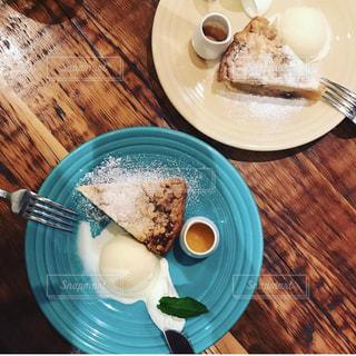 テーブルの上に食べ物のプレートの写真・画像素材[823566]