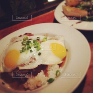 テーブルの上に食べ物のプレートの写真・画像素材[824281]