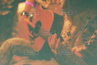 ギターを抱えての写真・画像素材[823692]