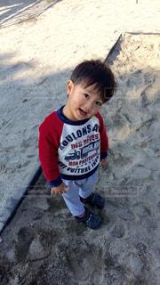 赤いシャツを着た少年 - No.825570
