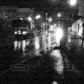 雨の夜の電車の写真・画像素材[824335]