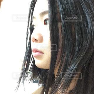 クローズ アップ カメラ見て長い髪を持つ女性のの写真・画像素材[1026309]