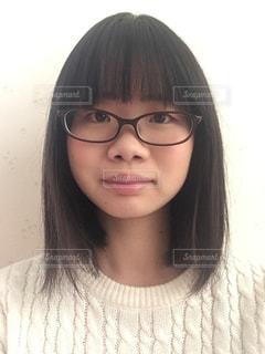 澄ました顔の眼鏡ガールの写真・画像素材[2776641]