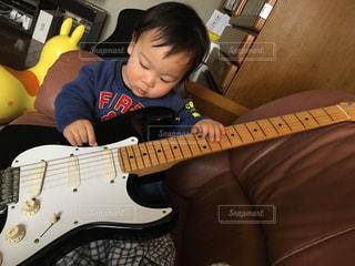 孫とギター、どちらも大切です!の写真・画像素材[827736]