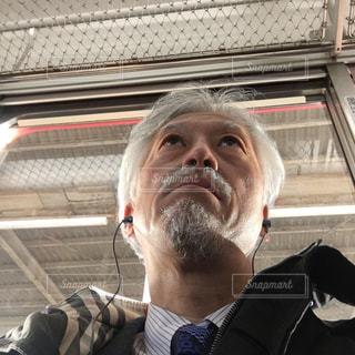 男性,冬,電車,コート,男,通勤,ヒゲ,髭,白髪,ダンディ,スーツ,50歳代