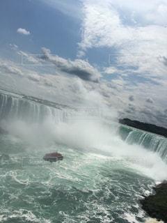 水のサーフボードで波に乗って男の写真・画像素材[825329]