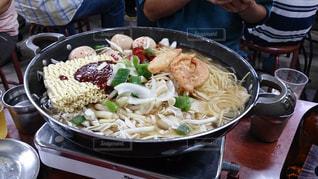 テーブルの上に食べ物のボウルの写真・画像素材[891088]
