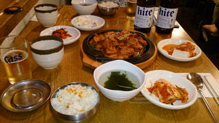 テーブルな皿の上に食べ物のプレートをトッピングの写真・画像素材[891092]