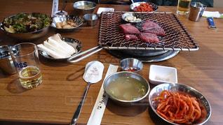 木製のテーブル、板の上に食べ物のプレートをトッピングの写真・画像素材[891095]