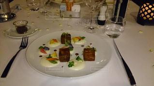 テーブルな皿の上に食べ物のプレートをトッピングの写真・画像素材[891118]