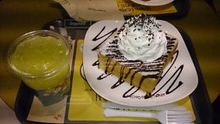 テーブルの上のチョコレート ケーキのプレートの写真・画像素材[891129]