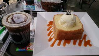 テーブルの上のケーキのスライスの写真・画像素材[891147]