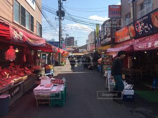 近くに忙しい街の通りのの写真・画像素材[899110]