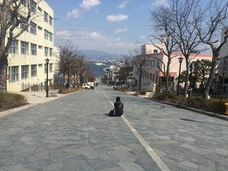 歩道をスケート ボードに乗って男の写真・画像素材[899112]