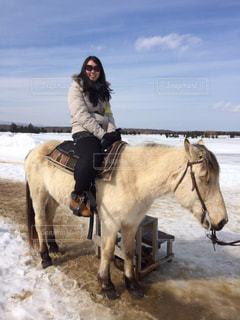 雪の中で馬に乗る男の写真・画像素材[899145]