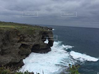 近くに海の近くの岩のアップの写真・画像素材[899153]