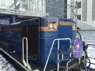 電車は建物の脇に駐車します。 - No.904061