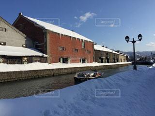 雪に覆われた家の写真・画像素材[904063]
