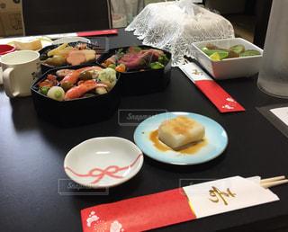 テーブルな皿の上に食べ物のプレートをトッピングの写真・画像素材[951500]