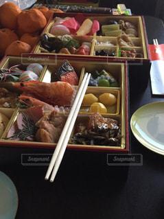 テーブルの上に食べ物の種類でいっぱいのボックスの写真・画像素材[951576]