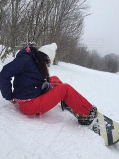雪のボードに乗る人の写真・画像素材[951641]