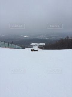 雪をスノーボードに乗る男覆われた斜面の写真・画像素材[951645]