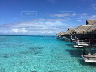 水の体の横に座っている青と白のボートの写真・画像素材[951753]