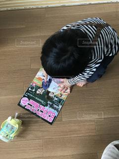 テーブルに座っている小さな子供の写真・画像素材[1164071]