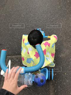 プラスチックのおもちゃを持っている手の写真・画像素材[1223825]